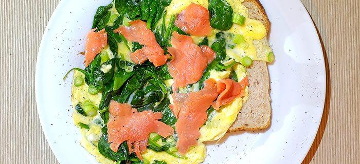 Omelet met spinazie, zalm en lenteui