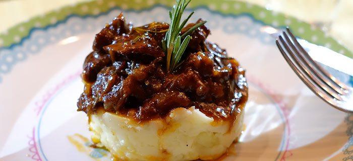 Knolselderijpuree met botermals stoofvlees