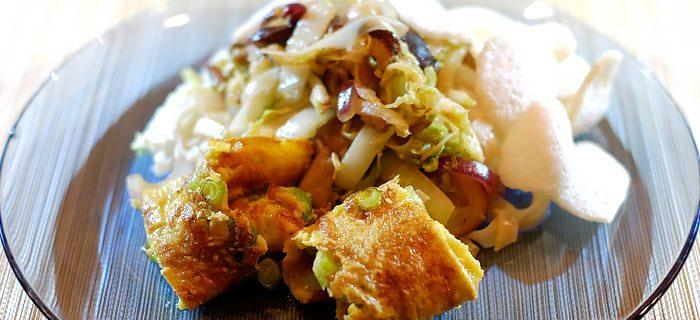 Rijstnoedels met Chinese kool, paddenstoelen en omelet
