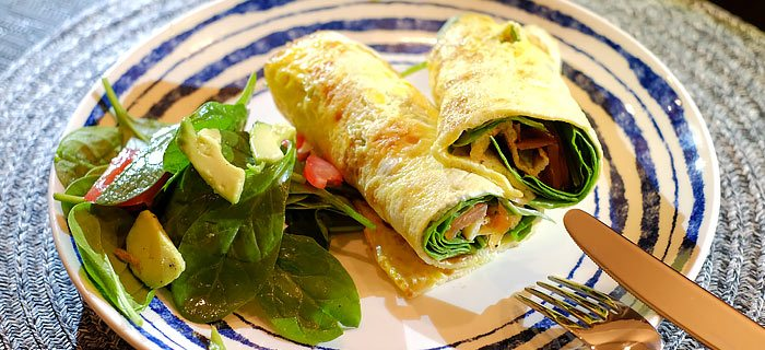 Omelet wraps met zalm, babyspinazie en avocado