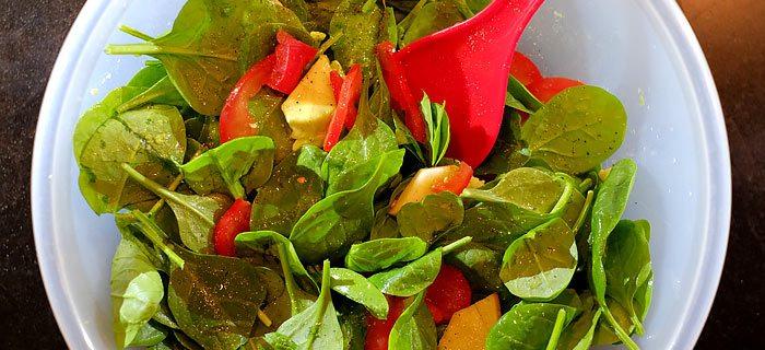 Salade van babyspinazie met avocado, tomaat en appel