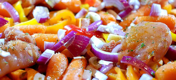 Traybake met zoete aardappel, wortel, puntpaprika en kip