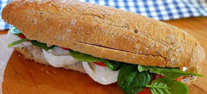 Broodje met tomaat, mozzarella, bladspinazie en honing