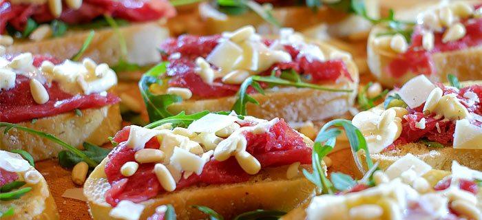 Carpaccio bruschetta met knoflookolie en truffelmayonaise