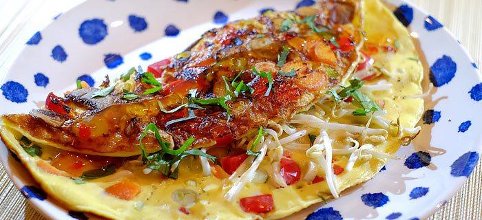 Oosters omeletje met rode paprika, champignons, taugé en chilisaus