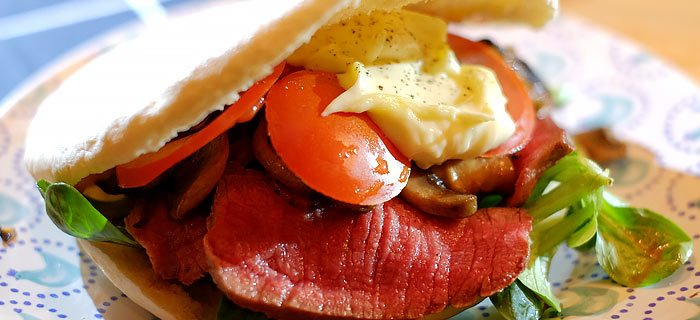 Broodje biefstuk met gebakken ui, champignons en truffelmayonaise