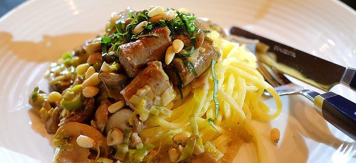 Pasta met champignons, prei en runderworstjes in roomsaus