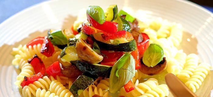 Pasta met gegrilde courgette, champignons, paprika en rozemarijn-kip
