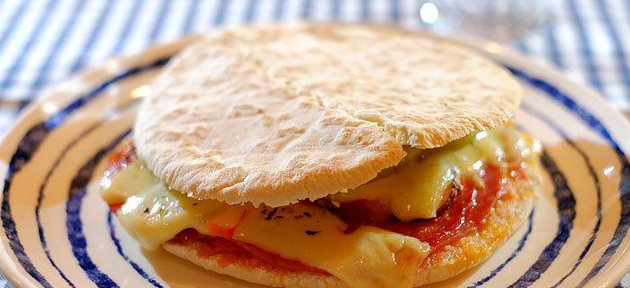 Pita pizzabroodje met salami, chorizo, champignons en kaas