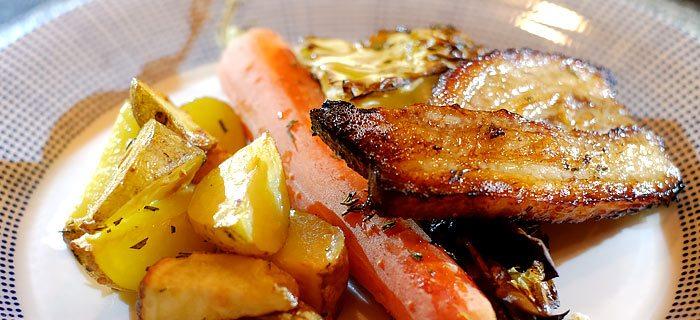 Bospeen, spitskool en knoflook-aardappeltjes uit de oven
