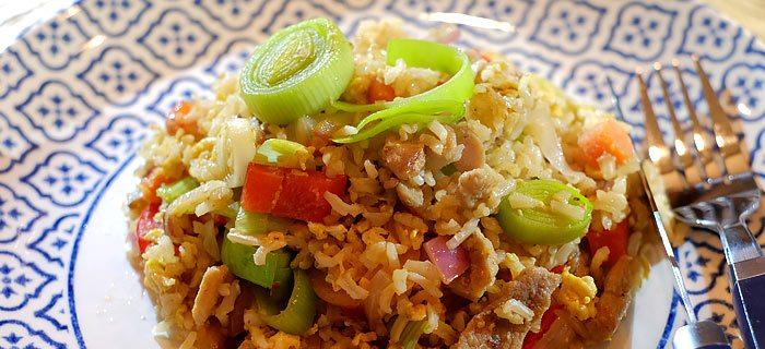 Roergebakken rijst met groenten, ei en varkensreepjes