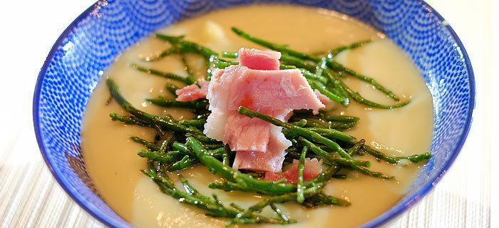 Kerrie bloemkoolsoep met zeekraal en gebakken bacon