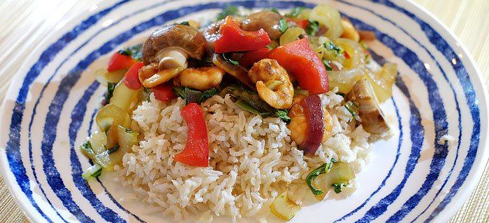 Rijst met paksoi, paprika, champignons en zoete knoflook-garnalen