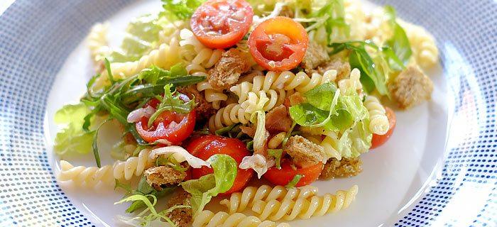 Maaltijdsalade met pasta, slamelange, parmaham, mozzarella en croutons