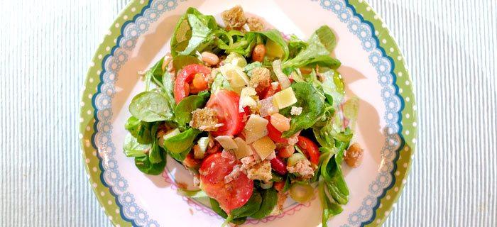 Maaltijdsalade met veldsla, tomaat, bonen en tonijn