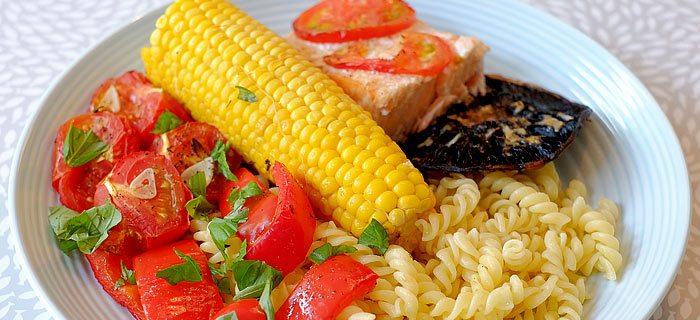 Pasta met allerlei geroosterde groenten en zalm uit de oven