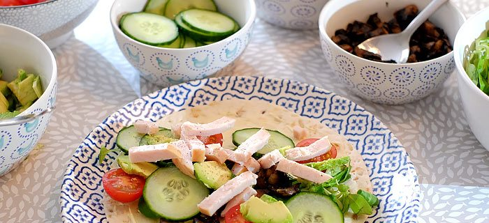 Wraps met gerookte kip, avocado, portobello, komkommer en tomaat
