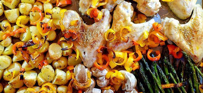 Krieltjes uit de oven met gegrilde groenten en pikante kippenvleugeltjes