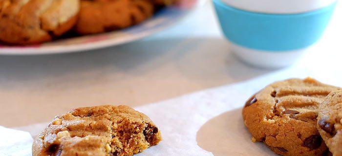 Pindakaas koekjes met stukjes pinda en chocolade