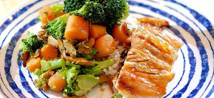 Rijst met broccoli, worteltjes, cantharellen en gegrilde zalm