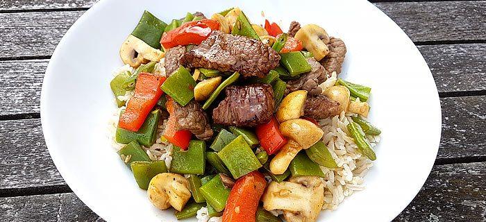 Rijst met snijbonen, champignons, rode paprika en zoete reepjes biefstuk