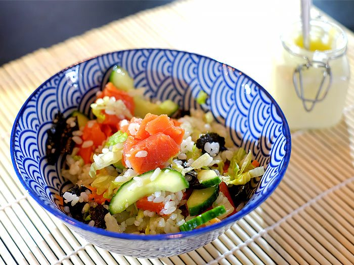 Sushisalade met zalm, avocado, nori en wasabimayonaise