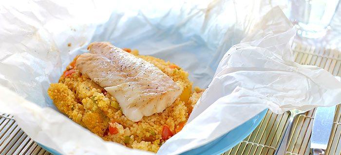 Vispakketjes uit de oven met kabeljauw, couscous, paprika, wortel en tomaat