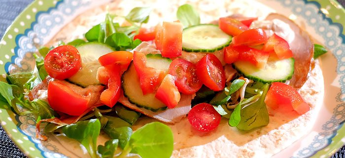 Wraps met veldsla, fricandeau, tonijncrème, tomaat en paprika