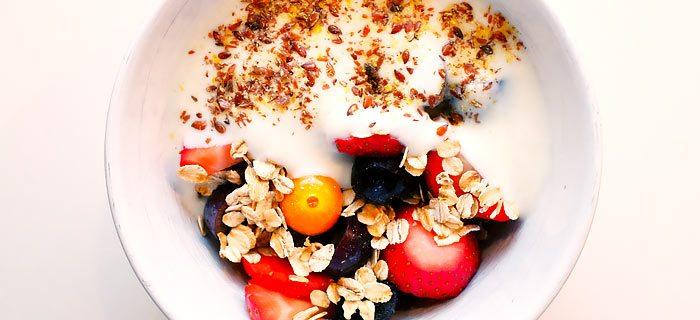 Yoghurt met aardbeien, bessen, druiven en havermout