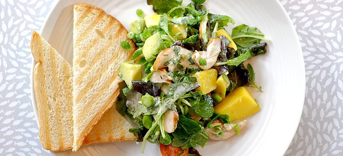 Salade met gerookte kip, mango, avocado en mosterddressing
