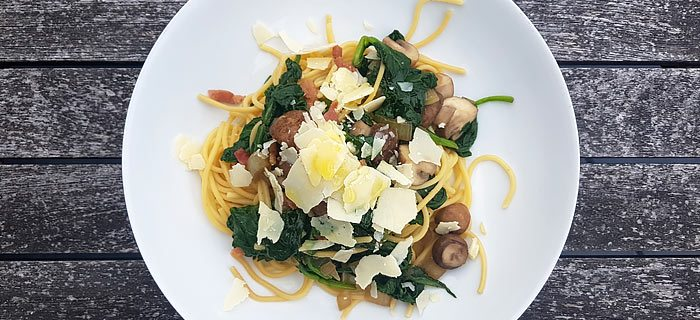 Spaghetti met roergebakken spinazie, champignons, spekjes en Parmezaan