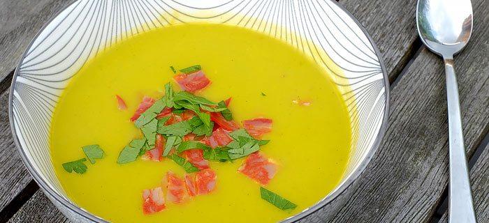Pittige courgette-wortelsoep met chorizo en rode peper