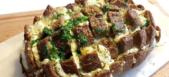 Plukbrood met gesmolten knoflookboter, mozzarella en basilicum