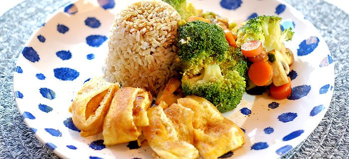 Broccoli en worteltjes in oestersaus met rijst en reepjes omelet