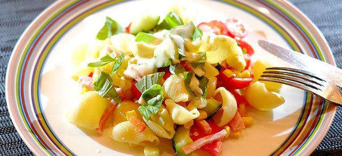 Pastasalade met groenten, hamreepjes en een frisse yoghurtdressing