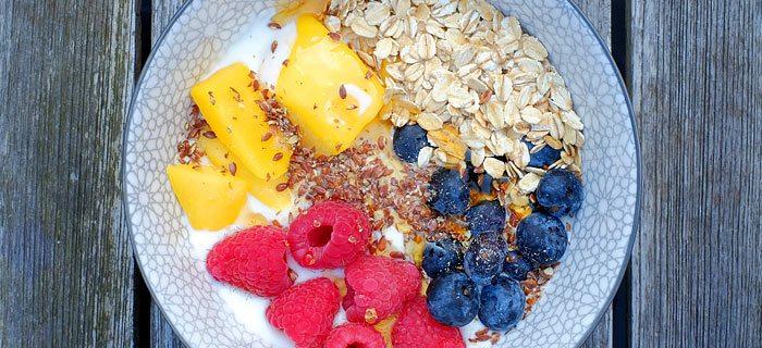 Skyr met mango, frambozen, blauwe bessen en honing