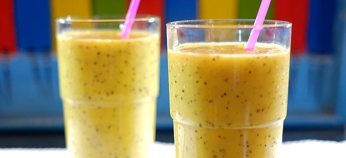 Smoothie met mango, passievrucht, banaan en kokoswater