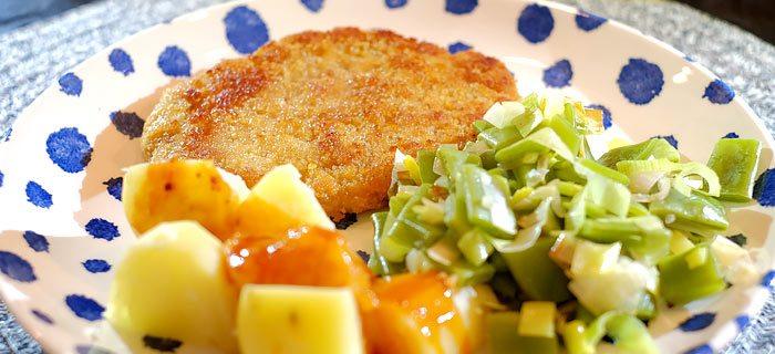 Snijboontjes met prei en sjalot, aardappeltjes en een schnitzel