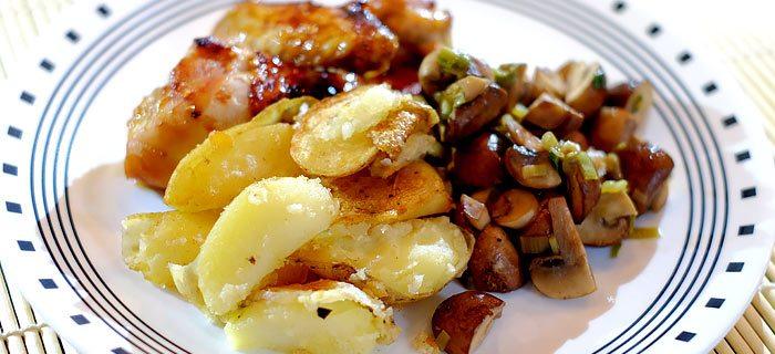 Sticky chicken met gebakken aardappels en knoflook-champignons