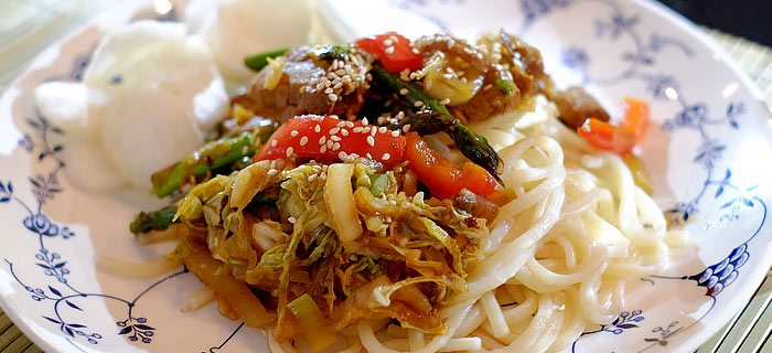 Udon noedels met roergebakken groenten en varkenshaas in hoisinsaus