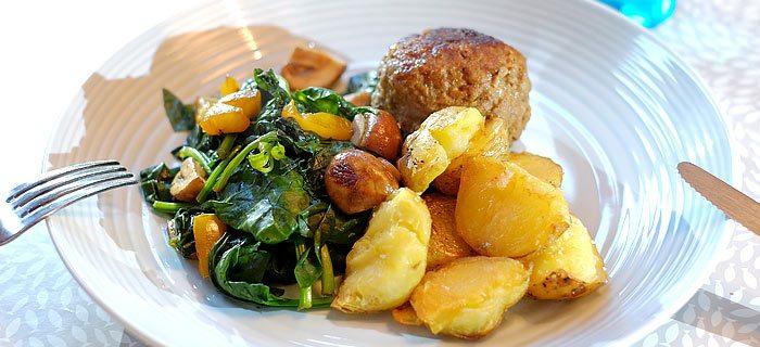 Ovengebakken aardappels met spinazie, champignons en een gehaktbal