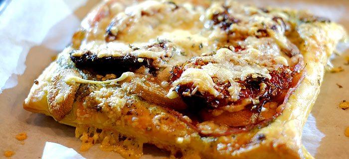 Italiaanse plaattaartjes met pesto, salami, tomaatjes en kaas