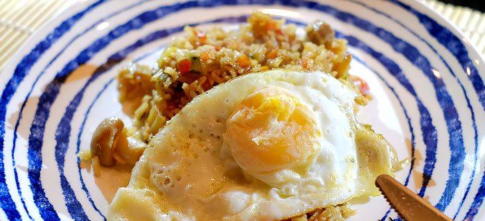 Nasi goreng met roergebakken groenten, hoisinsaus en een gebakken ei