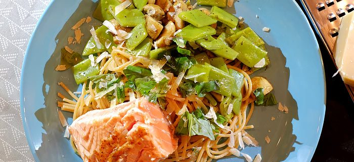 Spaghetti met snijboontjes, gebakken champignons en een zalmmoot