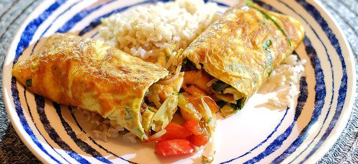 Eierwraps met roergebakken groenten, garnalen en rijst