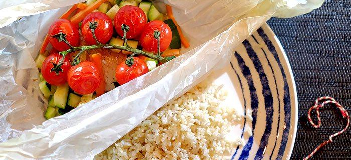 Kabeljauw pakketjes uit de oven met rijst en groenten