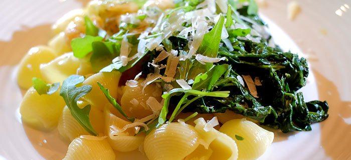Pasta met romige spinazie, rucola en pesto-garnalen