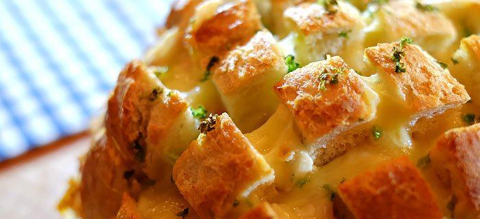 Plukbrood met kruidenboter, pancetta, kaas en bieslook