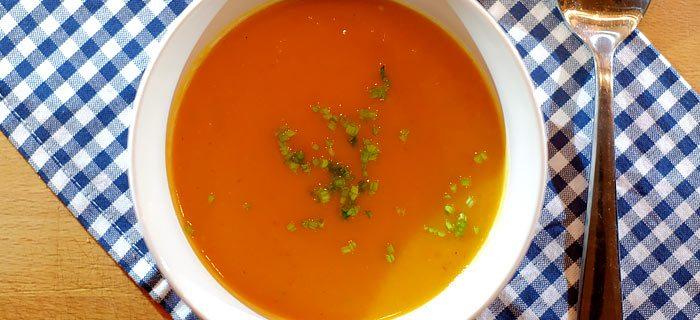 Zoete aardappelsoep met rode peper en bieslook