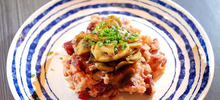 Bietenstamppot met spekjes, gebakken champignons en bieslook